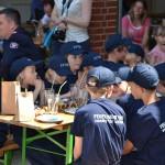 Die Kinder bekommen am festlich gedeckten Tisch kleine Überaschungen