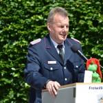 Gemeindewehrführer Karsten Hein grüßt von den anderen Ortswehren und überbringt ein Geschenk der FF Reinbek