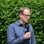 Bürgermeister Björn Warmer freut sich über die erste Kinderfeuerwehr in Reinbek und überbringt die Grüße der Stadt