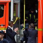 Alle 14 Kinder werden von ihren Betreuern aus dem Fahrzeug gehoben
