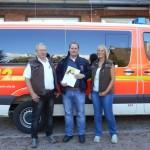 Peter und Karin Fischer übergeben Selke (Mitte) einen Scheck