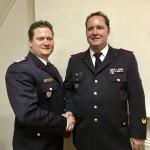 Vize Sebastian Szymanski (li.) gratuliert Wehrführer Oliver Selke zur Wiederwahl