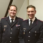 Kinderfeuerwehrwart Andy Peters (re.) wird zum Hauptfeuerwehrmann befördert