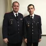 Fabian Papke (re.) erhält von Wehrführer Selke das Abzeichen für 10 Jahre Mitgliedschaft